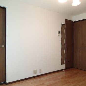 奥が玄関、左が寝室へのドアです!