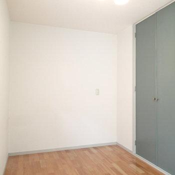 こちらは寝室。なんとこっちも2面採光