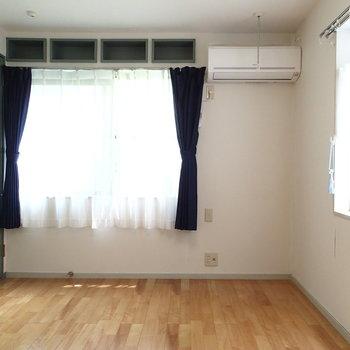 こちらは寝室!窓の上の収納なんかいいね