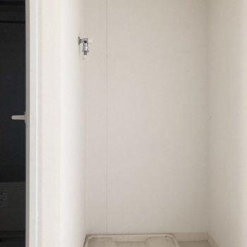 脱衣所の奥に洗濯機置場あります。※写真は5階同間取り別部屋、通電前・清掃前のもので、一部フラッシュを使用しています。