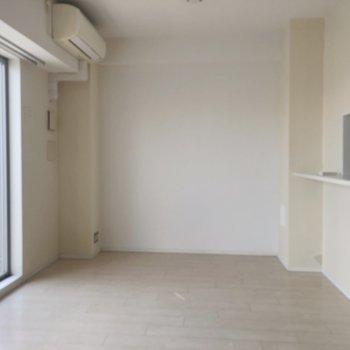 【LDK】ここにテーブルを置いてと。※写真は5階同間取り別部屋、通電前・清掃前のもので、一部フラッシュを使用しています。