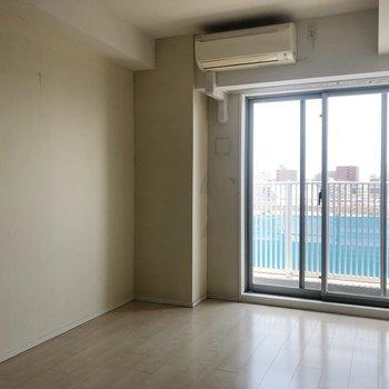 【Bedroom】縦幅に長くなってます。※写真は5階同間取り別部屋、通電前・清掃前のもので、一部フラッシュを使用しています。