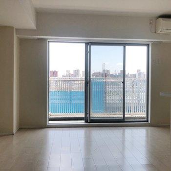 【LDK】白い空間がさらにきもちいい。※写真は5階同間取り別部屋、通電前・清掃前のもので、一部フラッシュを使用しています。