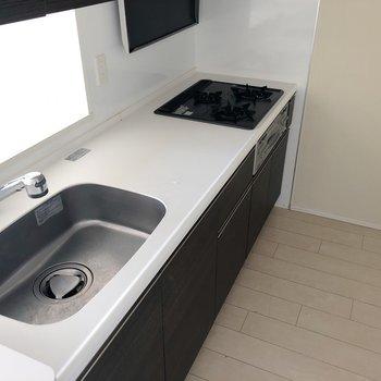 【LDK】調理スペースもしっかり確保! 三口コンロで料理もはかどりそう。※写真は5階同間取り別部屋、通電前・清掃前のもので、一部フラッシュを使用しています。