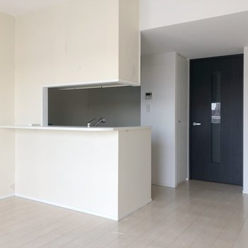 【LDK】料理している姿を想像して。※写真は5階同間取り別部屋、通電前・清掃前のもので、一部フラッシュを使用しています。