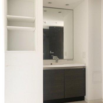 大きな鏡の洗面台! 脱衣所が広いのもわかります。※写真は5階同間取り別部屋、通電前・清掃前のもので、一部フラッシュを使用しています。