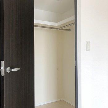 【Bedroom】ベットルームには、ウォークインクローゼット!うれしい!※写真は5階同間取り別部屋、通電前・清掃前のもので、一部フラッシュを使用しています。