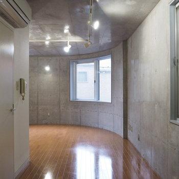 キッチン前はまっすぐの壁