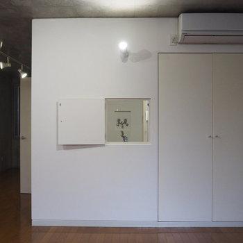 横はキッチンをつなぐ小窓です