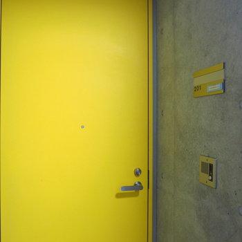 玄関ドアはキイロ