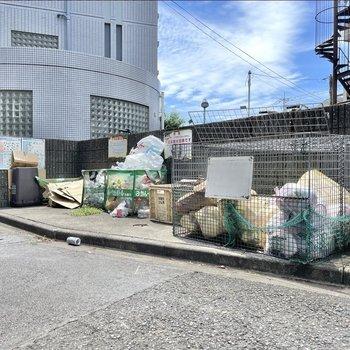 ゴミ置き場は公道面にありますよ。