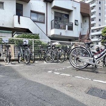 駐輪場、バイク置き場はエントランス出てすぐ左側に。