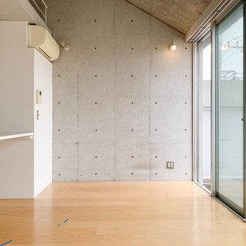 【LDK】サイドの壁はコンクリ打ちっ放しになっています。