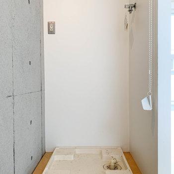 【LDK】キッチンの奥に洗濯機置き場があります。