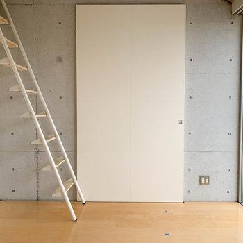 【洋室】キッチンのあるお部屋との間、扉を閉めるとこの様に。