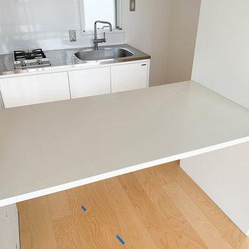 【LDK】キッチンの向かい側にはテーブルも。