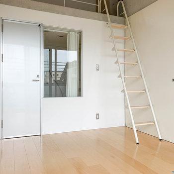 【洋室】もう1つのお部屋。こちらにロフトへの階段があります。