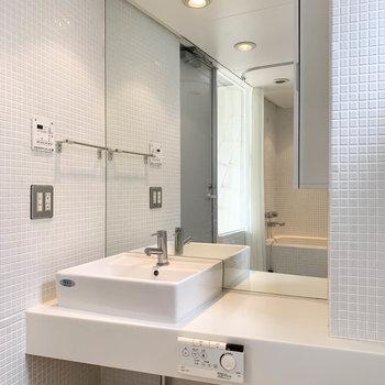 サイドにホテルの様な洗面台があります。