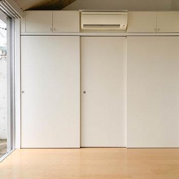【洋室】こちらの部屋には大きな収納もあります。