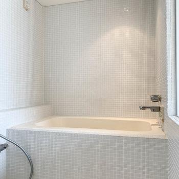 浴室乾燥、収納式の物干しワイヤーの付いたお風呂です。