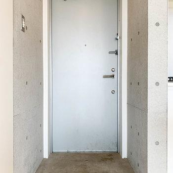 キッチンの左側に玄関があります。