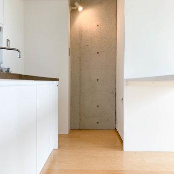 【LDK】キッチン周りも白い空間に。