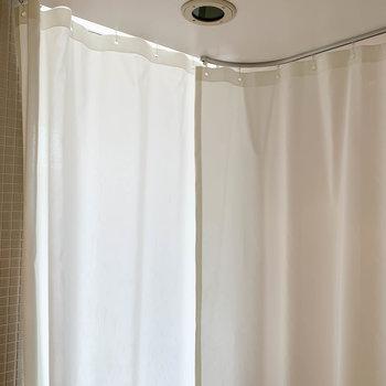 カーテンも付いてるので、ご安心を。