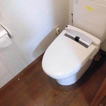 トイレは個室でウォシュレット付き*写真は別部屋