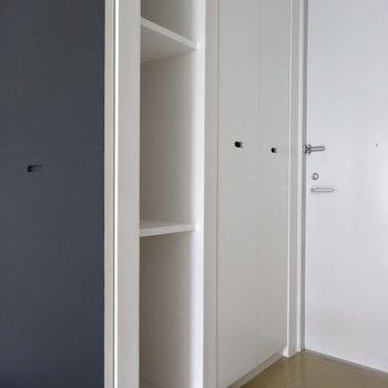 玄関横の扉の向こうには…※写真は4階の同間取り別部屋のものです
