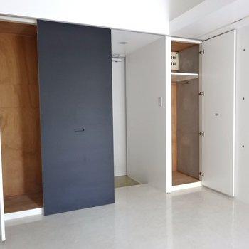 玄関側には収納が2つ※写真は4階の同間取り別部屋のものです