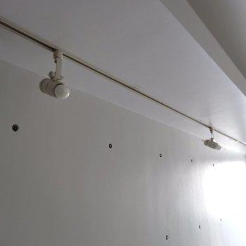 ライティングレールはアレンジが効きます※写真は4階の同間取り別部屋のものです