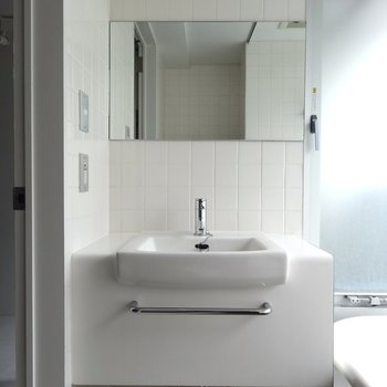 洗面台はコンパクト※写真は4階の同間取り別部屋のものです
