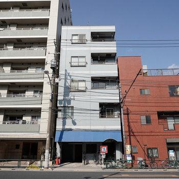 青テントが目印の5階建てマンション