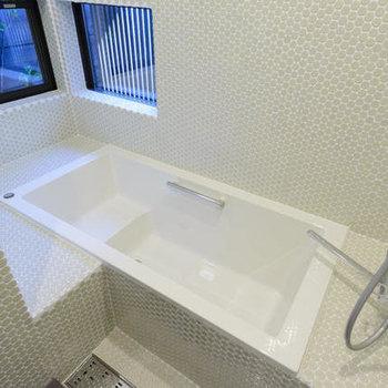 お風呂、とっても大きい上に窓も!!