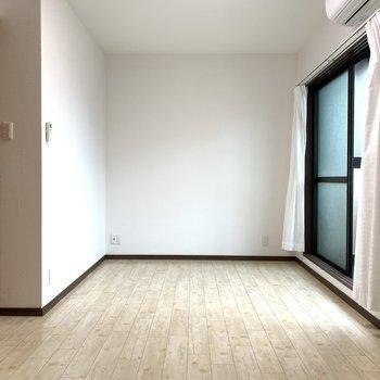 【洋室2】床の色が明るいこちらのお部屋は子ども部屋にどうぞ。