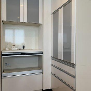 炊飯器やレンジ、食器が収納できるカップボードが2台は贅沢設備!