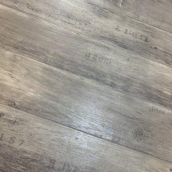 廊下の床はステインで加工風の柄が使われています!