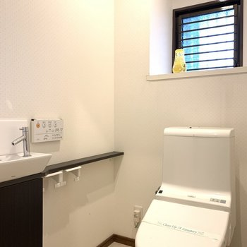 トイレの小窓もトイレ内で手が洗えるのも嬉しいポイント!