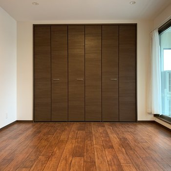 【洋室1】上品な色合いのお部屋は主寝室にどうぞ。