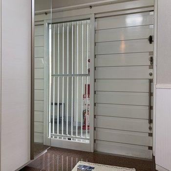 玄関は外が見えますが、7Fフロアはひと部屋しかないので人が通ることはないですよ。
