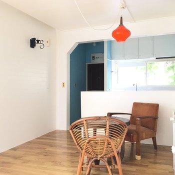 オレンジのライトと水色の玄関がキュート