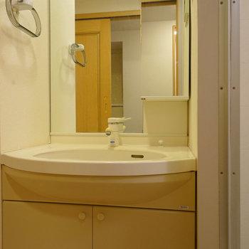 洗面台には大きな鏡が!※写真は工事前