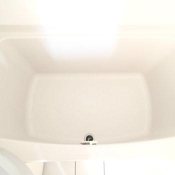 浴槽は若干狭めです