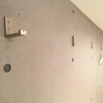 壁にはプランツやお気に入りの洋服をかけて、温かみのある空間に