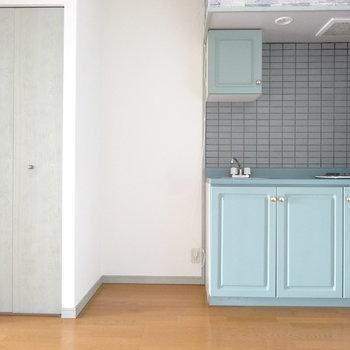 キッチンお隣は冷蔵庫ね。(※写真は9階の反転間取りの別部屋のものです)