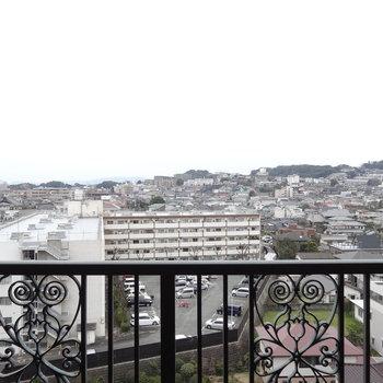 ベランダの柵もヨーロピアン。(※写真は9階からのものです)