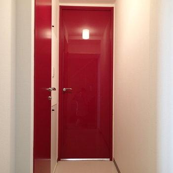 玄関側から。左のドアがトイレと洗面台へ。正面はリビングへ続きます※写真は1階の同間取り別部屋のものです