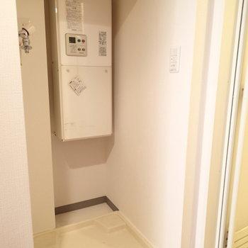 キッチン裏に洗濯機置き場です※写真は1階の同間取り別部屋のものです