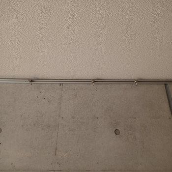 ハンガーがあるのでなんか掛けちゃいましょう※写真は1階の同間取り別部屋のものです