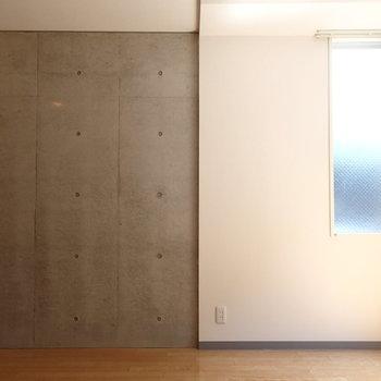 コンクリと壁紙が切り替わります※写真は1階の同間取り別部屋のものです